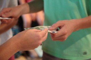 Übergabe des 5-Euro-Scheins zu Beginn des vergangenen Schuljahres (Foto: C. Scholz/SMMP)