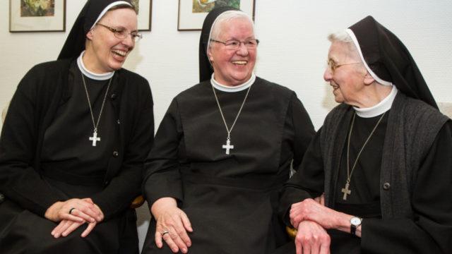 Im Frühjahr 2016 feierte Sr. Christa Maria (r.) im Bergkloster Bestwig noch im Beisein ihrer Nachfolgerinn Sr. Aloisia Höing (m.) und der heutigen Generaloberin Sr. Maria Thoma Dikow (l.) ihren 90. Geburtstag. Foto: SMMP/Bock