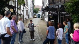 """Stadtführerin Marion Genee (Mitte) erklärte auch alte Straßennamen - hier zum Beispiel, was für eine Bedeutung der """"Güldene Trog"""" in der Altstadt hat. Foto: SMMP/Hofbauer"""