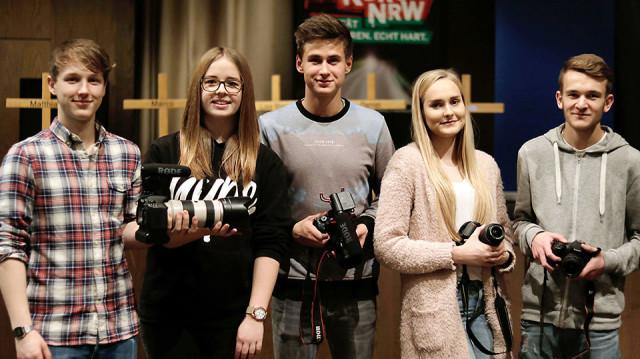"""Nils Nolte, Jennifer Kersting, Nico Pekar, Vanessa Stankiewicz und Adrian Möller nehmen die Videos zum """"Crash-Kurs-HSK auf"""