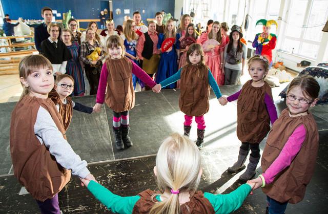 """Kinder aus der Kindertageseinrichtung Montekita in Bestwig proben mit den Auszubildenden des Berufskolleg für die Aufführung des Märchens """"Die goldene Gans"""" den Tanz der Brote ein. Foto. SMMP/Bock"""