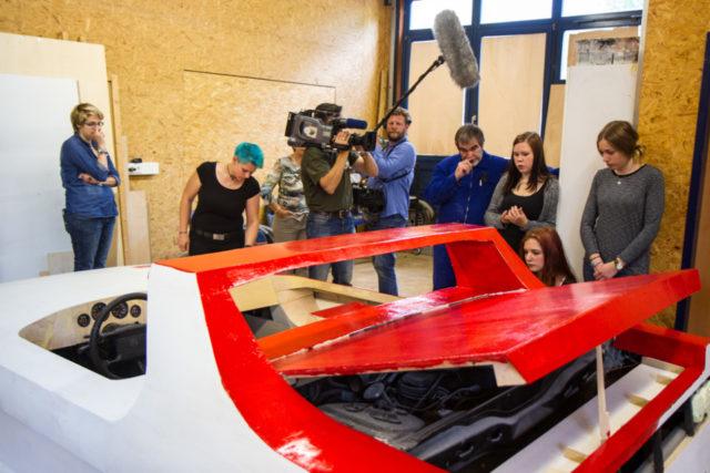 Ein Team aus dem WDR-Studio Siegen besuchte das Autoprojekt am Berufskolleg Bergkloster Bestwig. Foto: SMMP/Bock