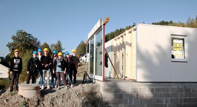 Schülerinnen und Schüler der GTA Mittelstufe bei den Dreharbeiten während des Aufbaus eines Fertighauses