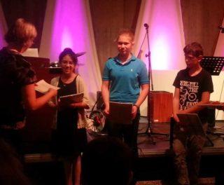 Die Preisverleihung; v. l. n. r.: Ana Sofia Maza Rivero (5e); Sarah Hose (6b); Elias Platte (6b)