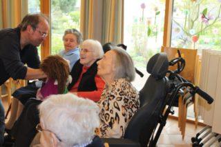 Puppenspieler Dieter Fechtel zaubert mit seinen Gästen ein Lächeln hervor:)