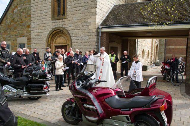 Dechant Karl-Herrmann Kemper segnet die Motorräder vor der St.Vitus Kirche in Lette