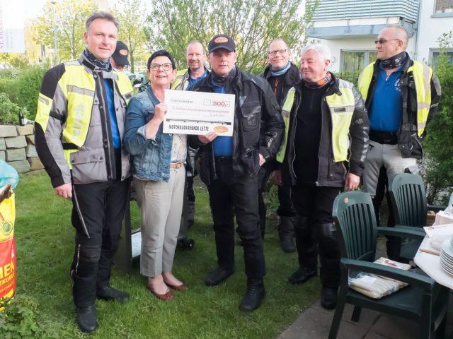Spendenübergabe bei herrlichem Wetter an der WG in Oelde