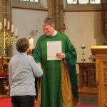 Pfarrer Klüsener überreicht