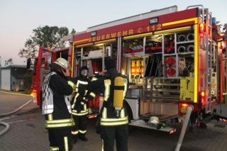 Zwei sich vom Aufbau und Inhalt ergänzende Feuerwehrwagen stehen bereit.