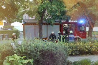 Hier der zweite Wagen; am Seiteneingang: zentrale Position zum Brandherd