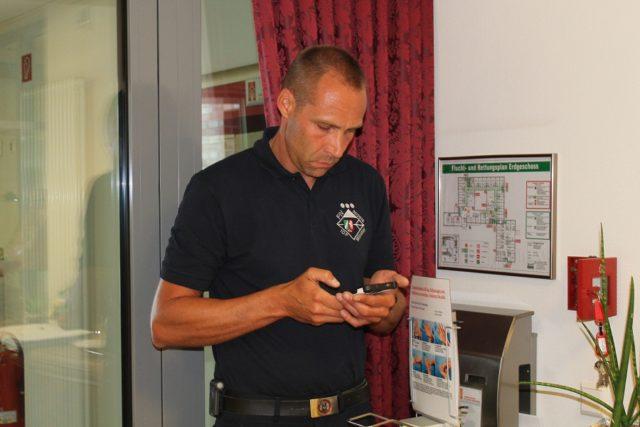 Der Zugführer Yves Matthäus checkt  die Signale.