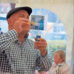 Hans-Peter Breuer spielte in einem Theaterstück, das die Senioren in die Zeit ihrer Kindheit entführen sollte, einen Jungen, der Seifenblasen pustete, wenn die Eltern abends unterwegs waren.