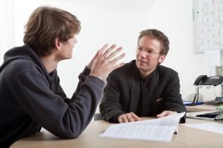 Beratungsgespräch mit Andreas Pfläging (rechts), dem Leiter der Bildungsakademie für Therapieberufe Bergkloster Bestwig. (Foto: Carsten Behler)