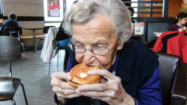 Herzhaft beißt Frau Mücke zum ersten Mal in ihrem Leben in einen Burger. Mit diesem Schnappschuss gewann Maria Sprung aus dem St. Franziskus-Haus in Oelde den ersten Preis bei unserem Fotowettbewerb im September 2012.
