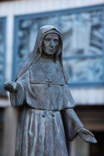 Statue der heiligen Maria Magdalena Postel im Innenhof des Bergklosters Bestwig (Foto: SMMP/Beer)