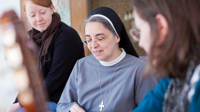 Schwester Laetitia Müller mit zwei Frauen, die das Kloster auf Zeit der Bergklosters Bestwig ausprobieren. (Foto: SMMP/Beer)