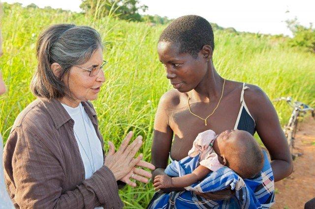 Schwester Leyla mit einer jungen Mutter in Metarica, Mosambik. (Foto: Achim Pohl)