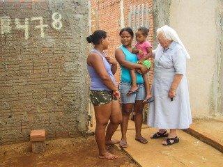 Schwester Maria Ludwigis vor ihrem Haus in Leme: Die Menschen wollen ihre Freiheit wie sie sie verstehen. (Foto: SMMP)