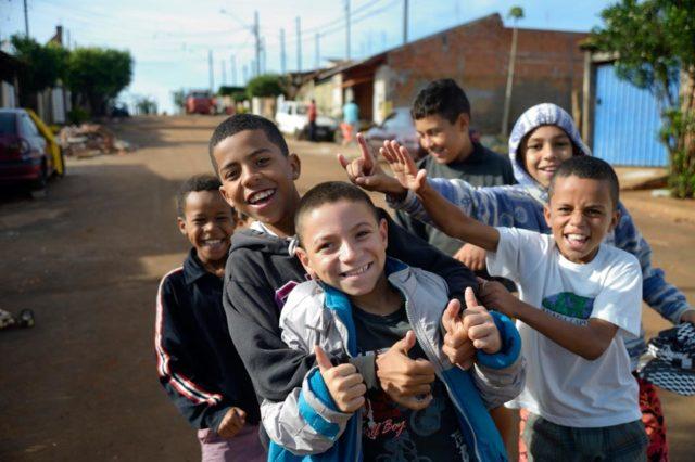 Kinder halten sich in ihrer Freizeit auf der Straße auf, Armenviertel Imperial, Leme, Sao Paulo, Brasilien. (Foto: Florian Kopp/SMMP)