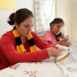 Lorena (16 Jahre), und Mayi (14) - Ausbildungskurs (Sticken) im Kinderheim Comunidad Ancieto Solares, Vallegrande, Departamento Santa Cruz, Bolivien; Foto: Florian Kopp/SMMP