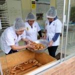 Als Berufsvorbereitung betreiben vier Jugendliche eine eigene kleine kommerzielle Bäckerei. Früh Morgens stellen sie Brot und andere Backwaren her und verkaufen diese an der Pforte der Einrichtung, Kinderheim und Ausbildungszentrum Comunidad Ancieto Solares, Vallegrande, Departamento Santa Cruz, Bolivien; Foto: Florian Kopp/SMMP
