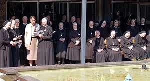 Eröffnung des Provinzkapitels durch Provinzoberin Schwester Pia Elisabeth Hellrung im Innenhof des Bergklosters Bestwig. Dabei führen die Schwestern die Symbole der drei früheren Provinzen, die 2003 zu einer Europäischen Provinz zusammengefasst wurden,  zueinander.