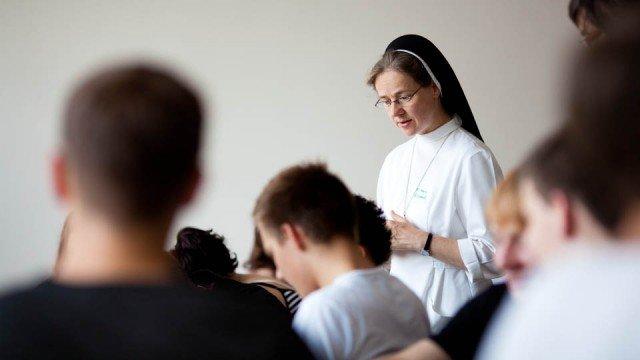 Schwester Maria Elisabeth mit einer Jugengruppe (Foto: SMMP/Beer)