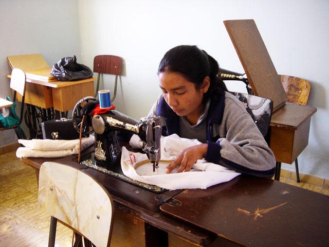 Im Berufsausbildungszentrum CEA in Cochabamba können unterschiedliche Berufe am Abend erlernt werden.