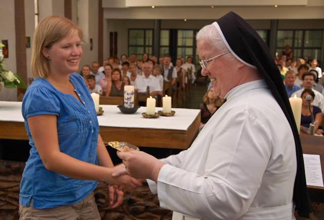 Schwester Aloisia Höing überreicht der Missionarin auf Zeit Maria Lenze einen Engel. Er soll sie während ihres Auslandseinsatzes in Bolivien begleiten. Foto. SMMP/Bock