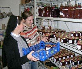 Selbstgemachte Marmeladen und Liköre werden auch im Klosterladen angeboten.
