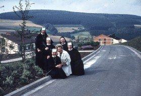 Gemeinsam mit Freifrau von Lünninck freuen sich die Schwestern über den Neubau des Bergklosters in Bestwig. (Foto: SMMP)