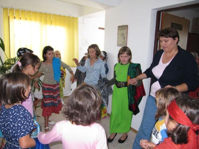 Soziales Zentrum in Siretu: Claudia Ciceu studiert mit den Kindern Tänze für ein Fest ein