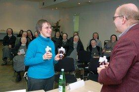 Als Dank für die engagierte Diskussion überreichte Schwester Klara Maria Breuer den Teilnehmern zum Abschluss einen Likör aus dem Klosterladen. Foto: SMMP/Bock