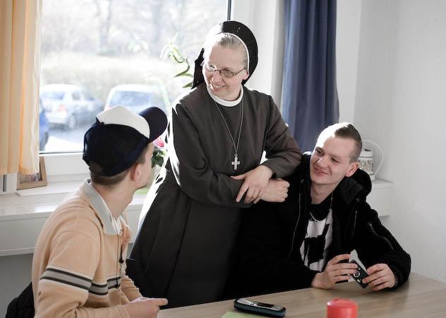 Sr. Margareta Kuhn unterhält sich im Don-Bosco-Zentrum mit Jugendlichen. Foto: Manege