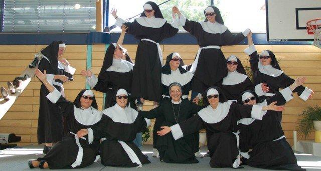Wer ist hier die echte Schwester? In Ordenskostümen forderten die angehenden Erzieherinnen der Berufsbildenden Bergschule Sr. Theresita Maria zur Musik des Films Sister Act zum Tanz auf. Foto: SMMP/Bock