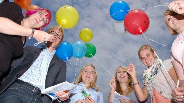 Drei, zwei, eins: Die Luftballons fliegen den jungen Missionaren auf Zeit, die sich bei ihrer Aussendungsfeier in Heiligenstadt mit Zugvögeln verglichen, voraus. Foto: SMMP/Bock