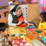 """Die deutsche Schwester Maria Cornelia Koch, Gründerin des Kinderhauses, arbeitet mit Vivian, 4 Jahre, Montessori-Kindergarten und -Grundschule """"Kinderhaus Santa Maria Magdalena Postel"""", Cochabamba, Departamento Cochabamba, Bolivien; Foto: Florian Kopp/SMMP"""