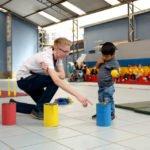 """Der deutsche Freiwillige Felix Fahnroth hilft beim Sportunterricht, Montessori-Kindergarten und -Grundschule """"Kinderhaus Santa Maria Magdalena Postel"""", Cochabamba, Departamento Cochabamba, Bolivien; Foto: Florian Kopp/SMMP"""