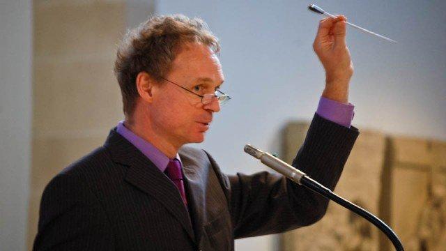 Fingerspitzengefühl ist bei dem richtigen Umgang mit dem Taktstock gefordert. Ludger Dabrock überreichte Gabriele Petry ein Exemplar, das besonders gut in der Hand liegt. (Foto: SMMP/Bock)