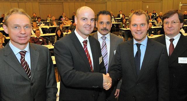 Ludger Dabrock (links) war einer der Referenten beim großen Pflegekongress mit Bundesgesundheitsminister Daniel Bahr (2. v.r.).(Foto: Peter Dahm)