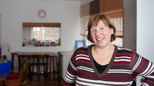 Claudia Debray, Betreuerin in der Kleinen Offenen Tür, freut sich für die Kinder über rund 140 Quadratmeter und eine separate Küche, in der auch richtig gekocht werden kann. (Foto: SMMP/Beer)