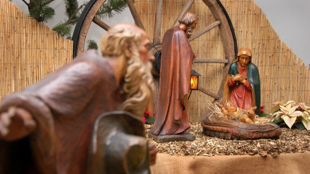 Die Krippe vor der Dreifaltigkeitskirche im Bergkloster Bestwig: Seit Heiligabend liegt auch das Jesuskind darin. Foto: SMMP/Bock