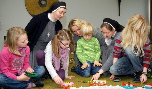 Begleitet von Sr. Maria Elisabeth Goldmann (r.) und Sr. Anna Maria Panjas (l.) erschließen sich die Kinder und ihre Eltern im Bergkloster den Advent. Foto: SMMP/Bock