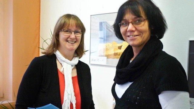 Schulleiterin Gabriele Sachse (r.) begrüßt Beatrix Neuhauß als neue stellvertretende Schulleiterin. Foto: SMMP