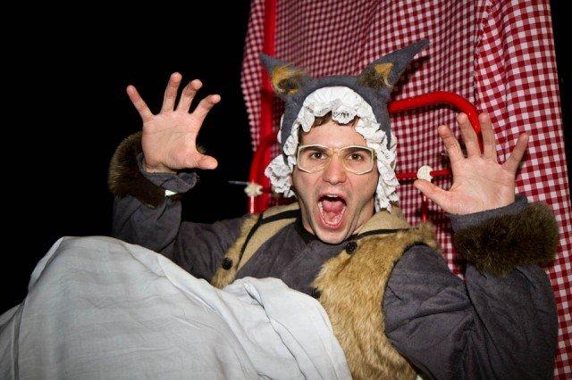 Der Auszubildende Bernhard Wagner spielt in den Märchenaufführungen am Berufskolleg Bergkloster Bestwig den Wolf. Hier wartet er als Großmutter verkleidet auf Rotkäppchen. Foto: SMMP/Bock