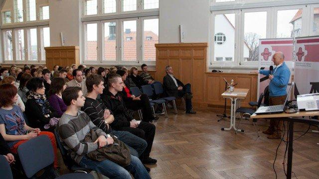 Schüler fragen, der Abgeordnete für das Eichsfeld antwortet. Manfred Grund MdB stand rund 150 Schüler der Berufsbildenden Bergschule St. Elisabeth Rede und Antwort. (Foto: SMMP/Beer)