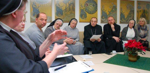 Schon zweimal trafen sich Vertreterinnen und Vertreter aus dem Bergkloster Bestwig, der Abtei Königsmünster in Meschede und des ZDF, um die Übertragung des Fernsehgottesdienstes am 18. März zu planen. Foto: SMMP/Bock