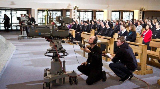 Gottesdienst vor laufenden Kameras: 30 Mitarbeiter des ZDF sorgten für eine reibungslose Übertragung aus dem Bergkloster Bestwig. Foto: SMMP/Bock