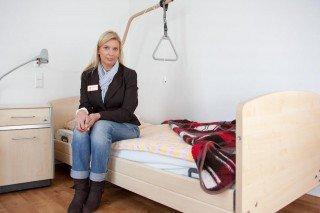 Geringe Fallhöhe: Niedrigflurbetten werden nachts auf 30 Zentimeter abgesenkt. Davor liegt dann eine Polstermatte, die Alarm schlägt sobald der Bewohner auf sie fällt. (Foto: SMMP/Beer)
