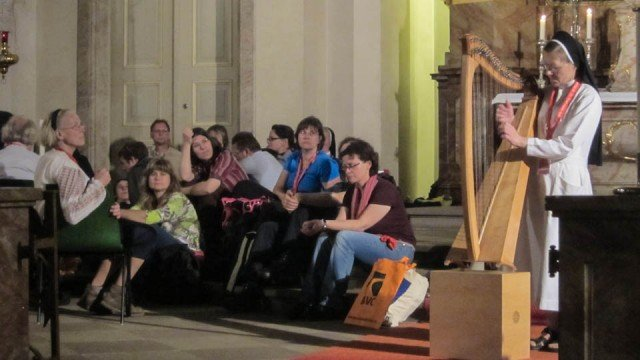 Schwester Theresia Lehmeier sorgte mit der Harfe für eine gelungene Einstimmung. Foto. SMMP/Meilwes